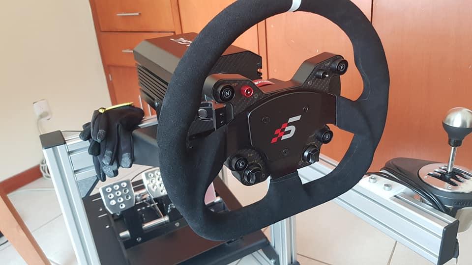 volante su postazione di guida